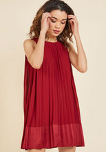 Thumb medium pleat and greet shift dress in burgundy